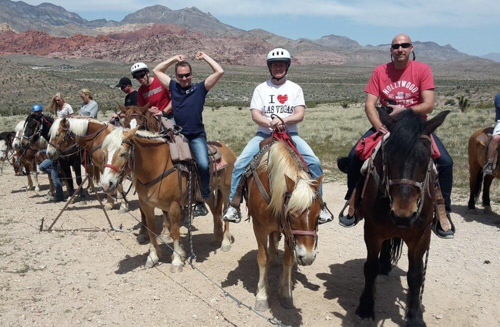 Kaks kanget Ameerikas. Las Vegases naudivad ratsaseiklust Villem Tarvas, Teet Margna, Kristjan Jõekalda ja Margus Malm.