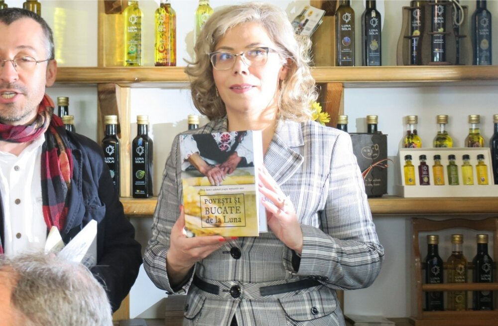 Felicia Tulai tutvustab tõlgi abiga oma õlisid ja Rumeenia kööki.