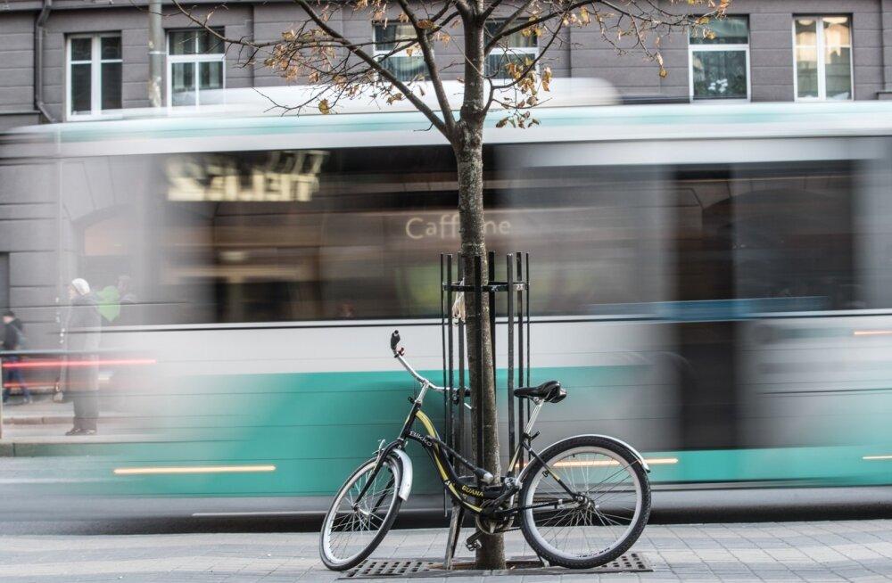 16-aastane tüdruk jäi Kaubamaja ees bussi alla