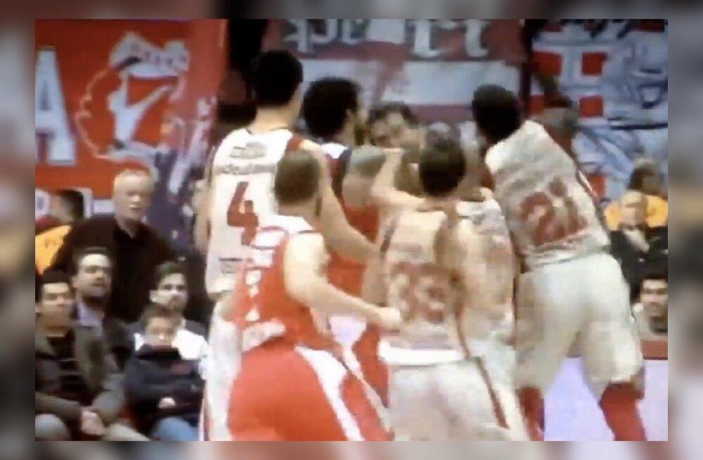 046a92a348c VIDEO: Sellist löömat pole korvpalliplatsil ammu nähtud - Euroliiga  tippmehed lasid rusikad lendu!