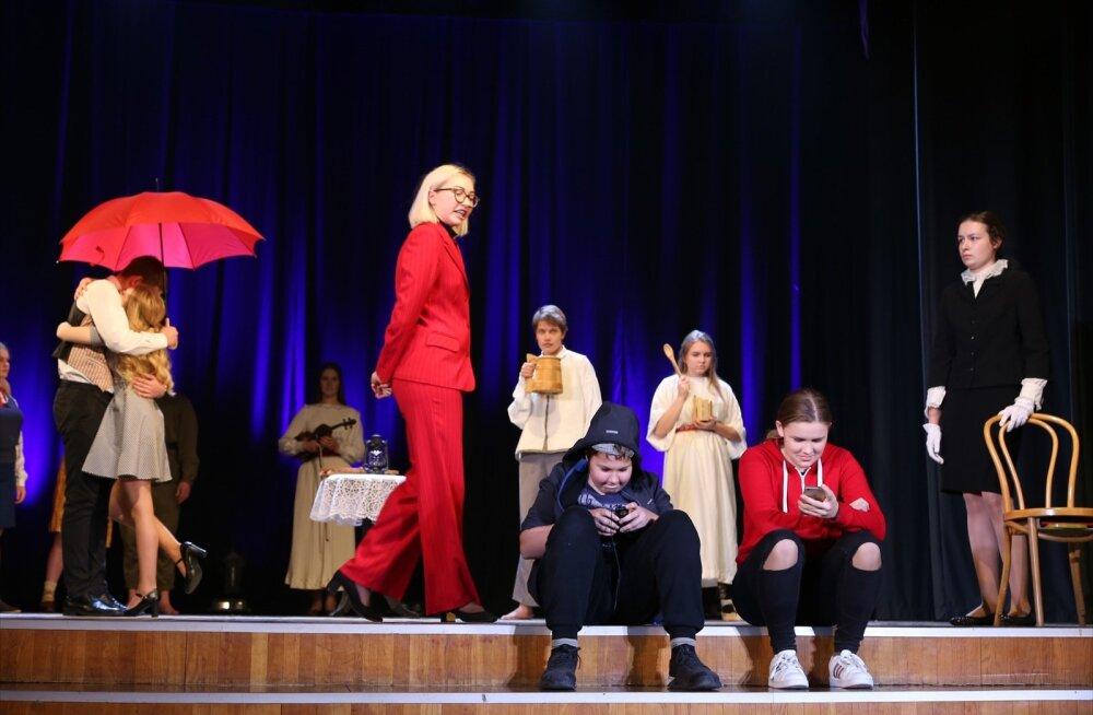 """Grand prix Rakvere gümnaasiumi """"Sina pead kandma maailma"""" oli etendus, mille valmimiseks ja luule sõnumite edasiandmiseks kasutati kostüüme, rekvisiite, daialoogi, oli kõike siduv tegelane. Oli ka tüdruk viiuliga. Ja sõdurimundris poiss ilmus pruudi juurd"""