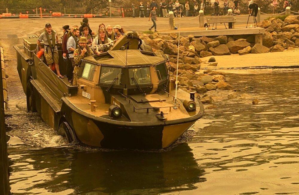 Austraalia merevägi evakueeris rannalt tulelõksu jäänud inimesed