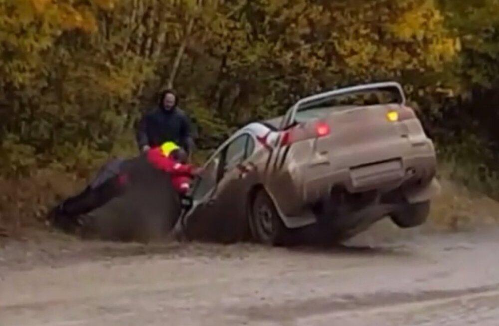 VIDEO | Ükski heategu ei jää karistuseta! Saaremaa rallil autot kraavist välja aidanud pealtvaataja sai üleni sopaseks