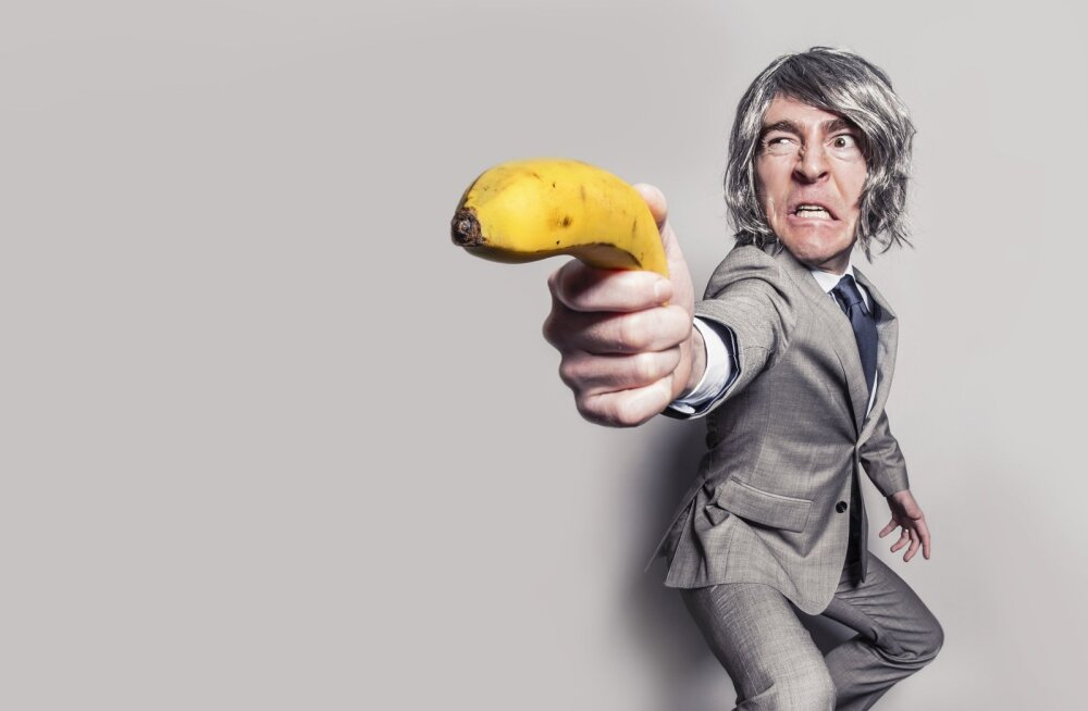 Karma on õel: mees üritas kingaga prussakat visata, kuid tulistas kogemata iseennast