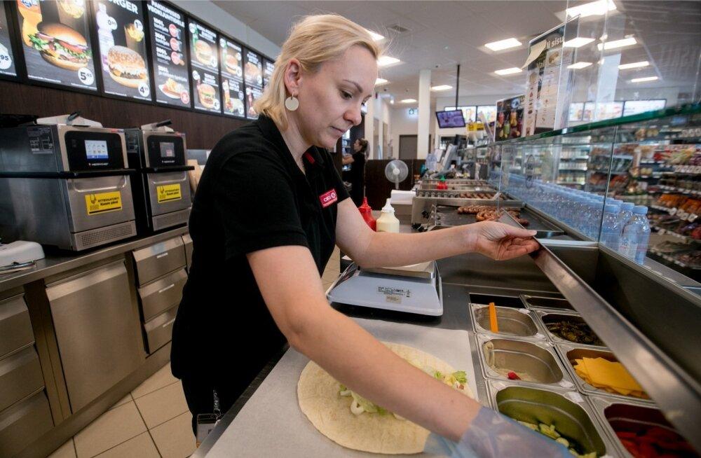 Circle K Peetri tanklas valmistab teenindusjaama juhataja Ksenija Anissimov kana-feta-vrappi.