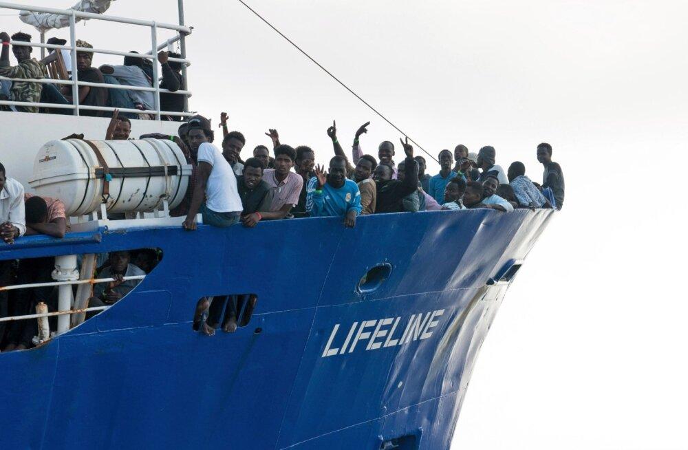 Lifeline'i pardal ootab kaldale pääsu üle 230 inimese. Itaalia ega Malta ei soovi neid oma sadamais näha.