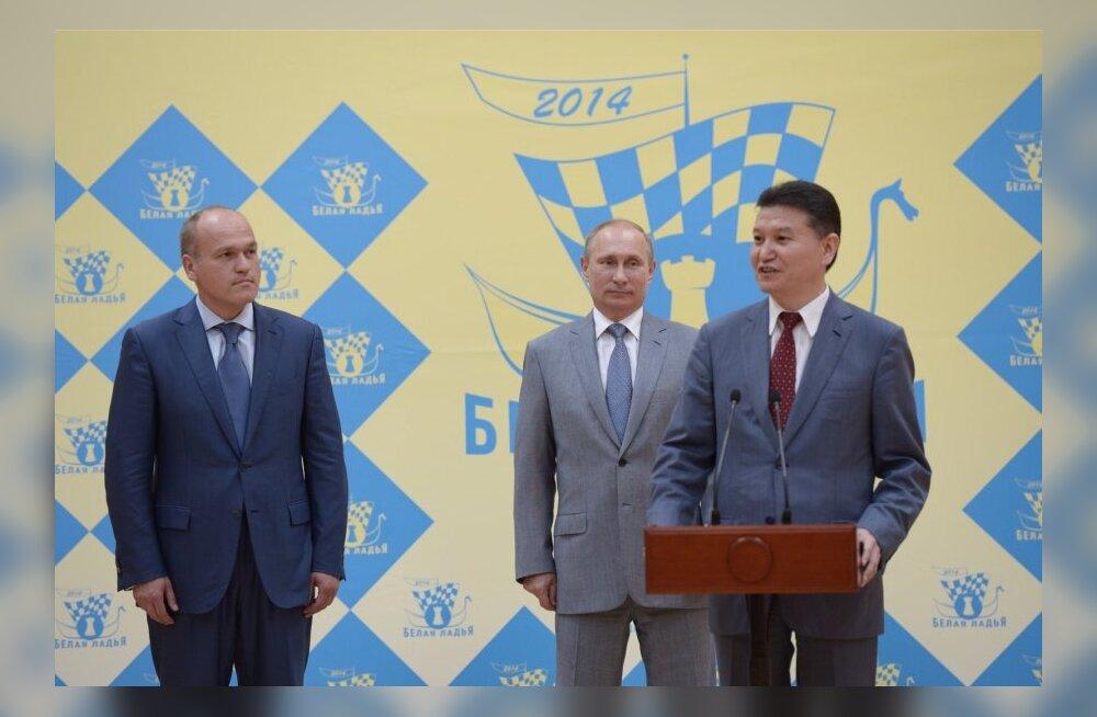 FIDE president Kirsan Iljumžinov ja tema taga Venemaa president Vladimir Putin