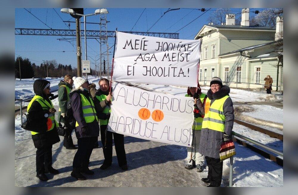 FOTOD ja VIDEO: Keila streikivad õpetajad jõudsid rongiga Tallinna miitingule