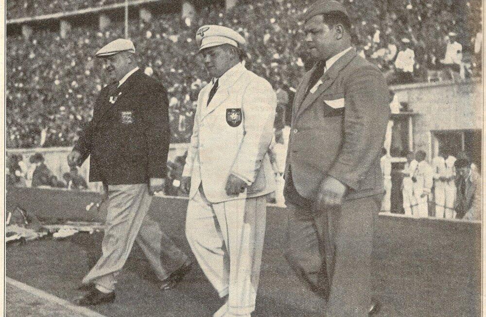 1936. aasta Berliini olümpiamängude raskekaalu medalimehed sammuvad 100 000 pealtvaataja ees olümpiastaadionile autasustamisele. Vasakult Arnold Luhaäär, Josef Manger (Saksamaa) ja Václav Pšenička (Tšehhoslovakkia).