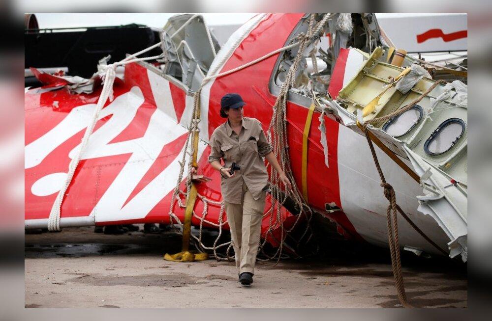 Allakukkunud AirAsia reisilennuki lennuandmete salvesti toodi merest välja ning leiti ka kokpiti häälesalvesti