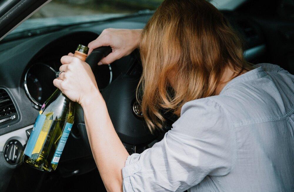 Eesti elanike hinnangul on suurim alkoholiga seonduv probleem Eestis alkoholijoobes sõiduki juhtimine.