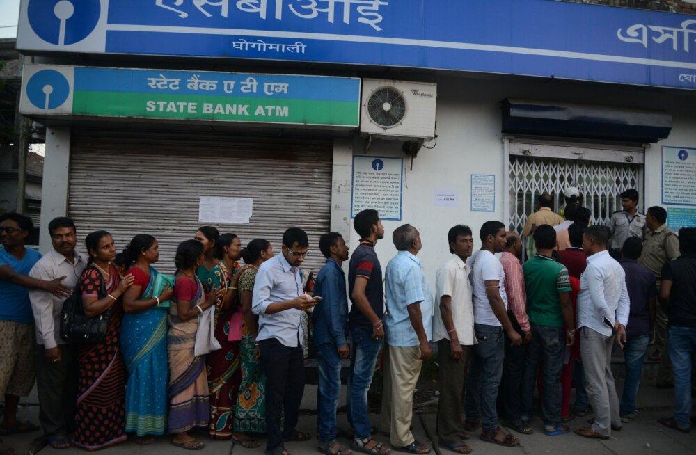 FOTOD: India valitsuse tegevuse tulemusel on riigis pangapaanika