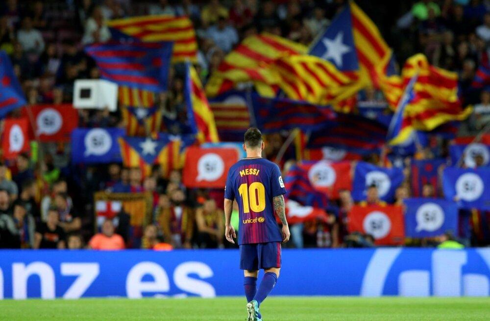 FC Barcelona äss Lionel Messi Kataloonia lippude taustal.
