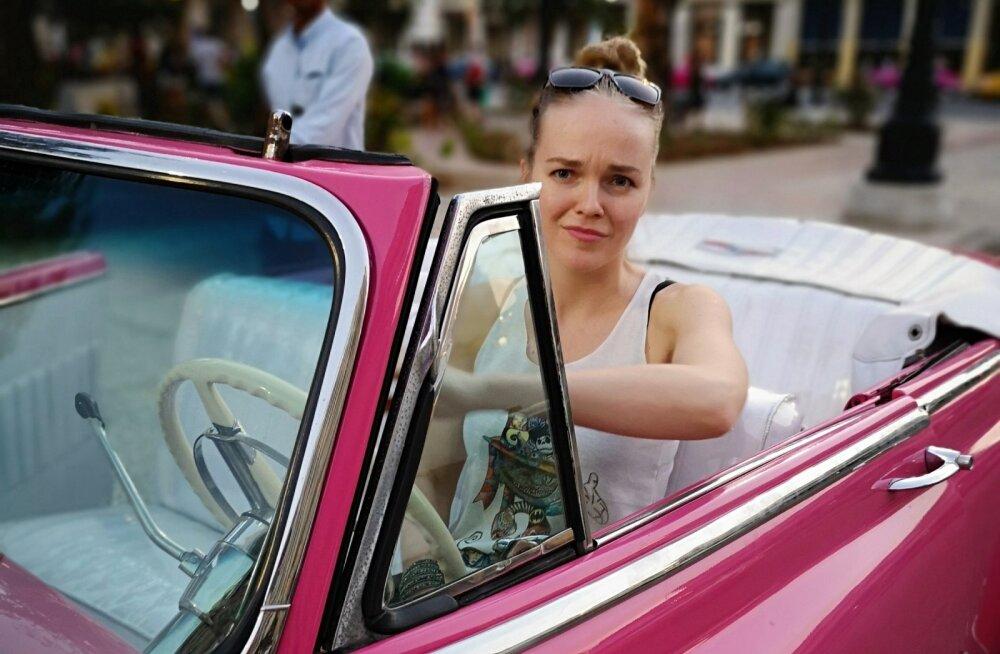 KAUNITAR ROOSAS Havannas sõidutatakse turiste tõeliste uunikumautodega, Kadri sai loa rooli istuda vaid pildi tegemise tarvis. Kuna autosid saab Kuubal osta ainult loaga, on need erilise hoole all. Kuubalased putitavad neid üles ja kasutavad lausa põlvest põlve.