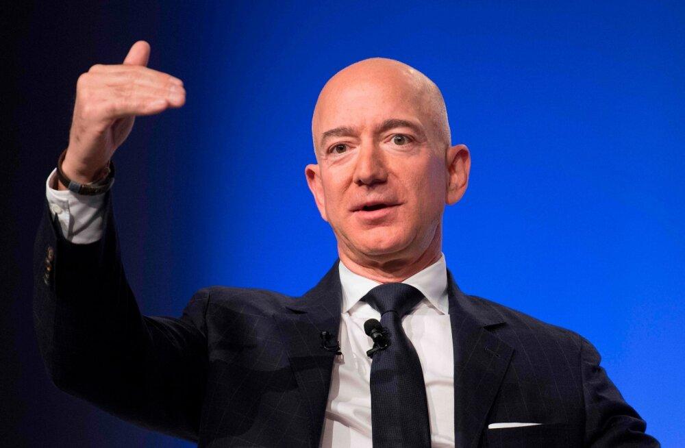 Jeff Bezos näitamas, kui palju tema vara Eesti riigieelarvest üle on.