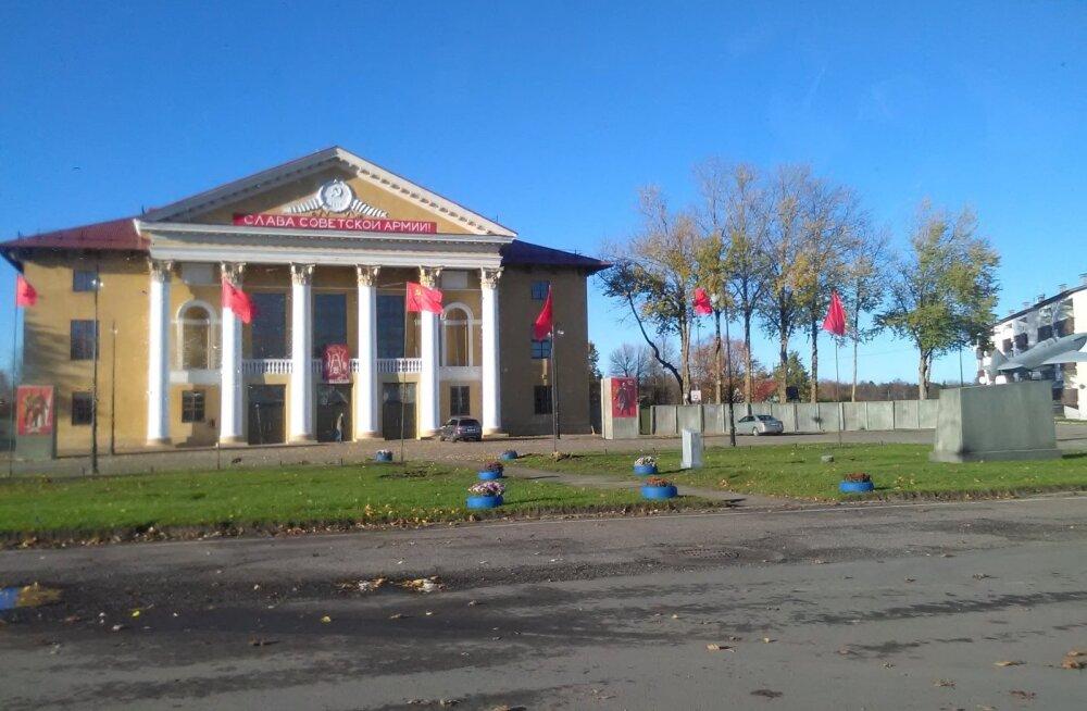 "ФОТО: Перед клубом ""Сомпа"" в Кохтла-Ярве развеваются советские флаги"
