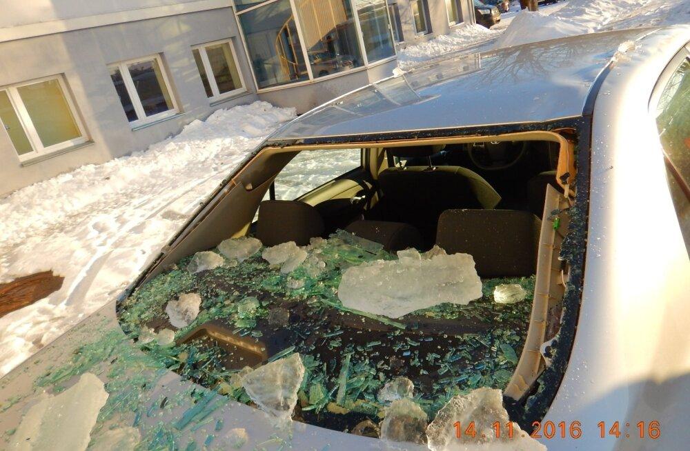 Katuse alla jäetud autod