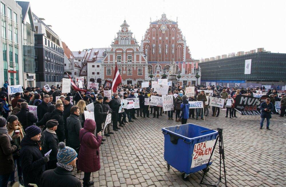 FOTOD | Riias nõudis korruptsiooni tõttu linnavolikogu laialisaatmist üle saja inimese