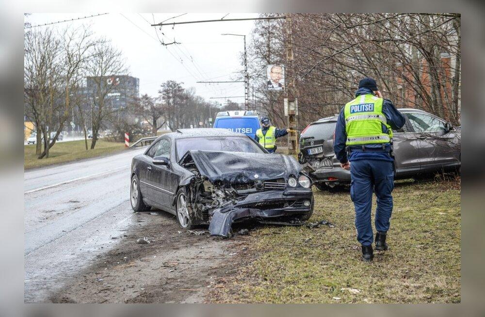 0f3b5f50ed0 DELFI FOTOD: Tallinnas Paldiski maanteel põrkasid kokku Mercedes ja ...