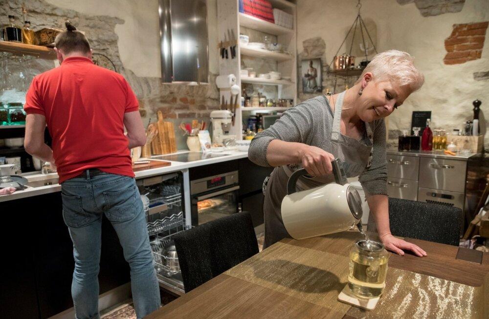 Evelin Ilves ja Siim Rikker toimetamas restorani Roog köögis.