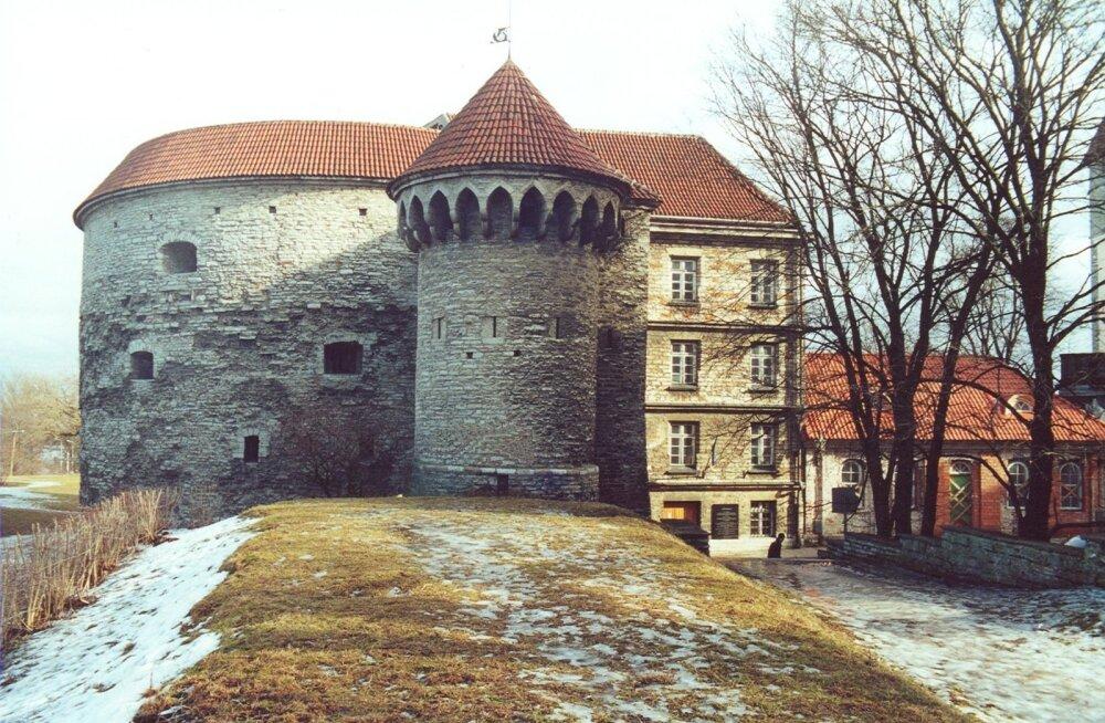 Ükskõik kust poolt Paksu Margareetat vaadelda, tekitab see mõjus ehitis uudishimu. Sellel 1990ndatel linnamüürilt üles võetud fotol on esiplaanil väike torn.