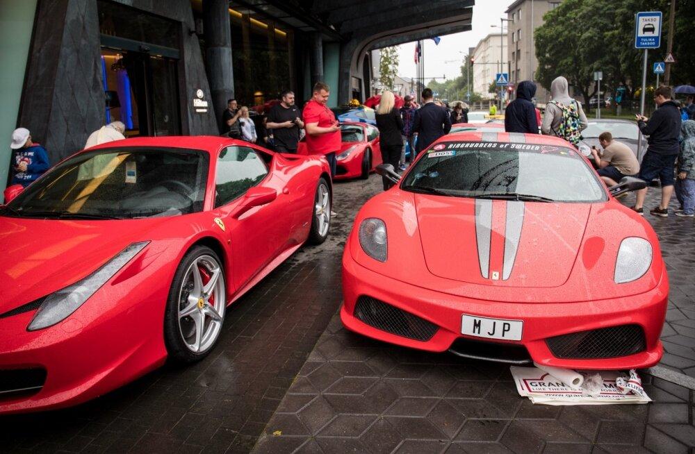 Hiltoni hotelli ees kogunesid superautod