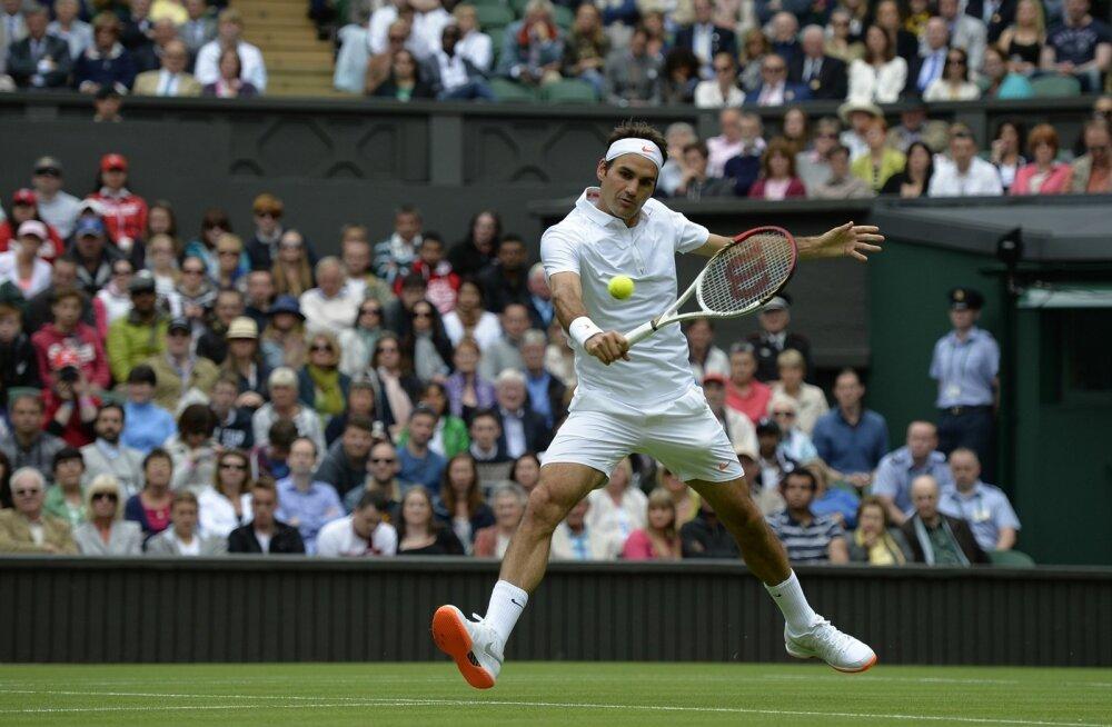 Roger Federeri riietus tundub olevat reeglitepärane ehk valge. Aga ei, tossutallad on oranžid.