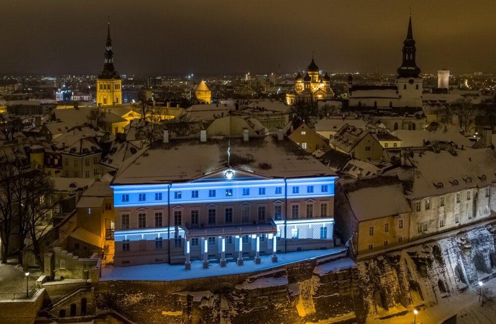 Stenbocki maja värvus EV100 sünnipäevanädalaks sinimustvalgeks