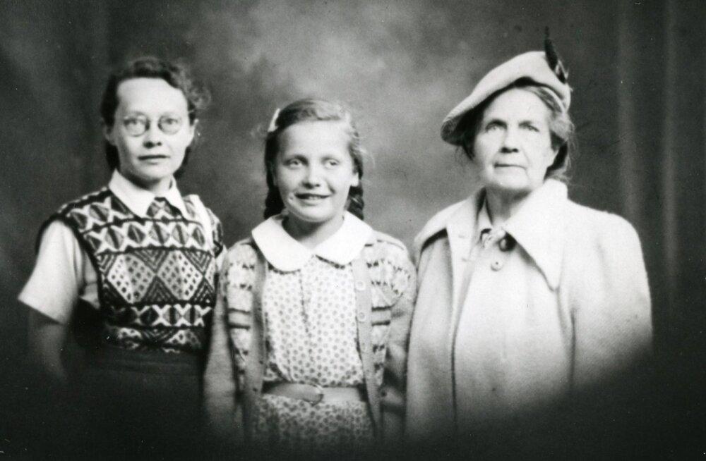 Elin Toona ema Liki (vasakul) ja vanaema Ellaga Inglismaal.