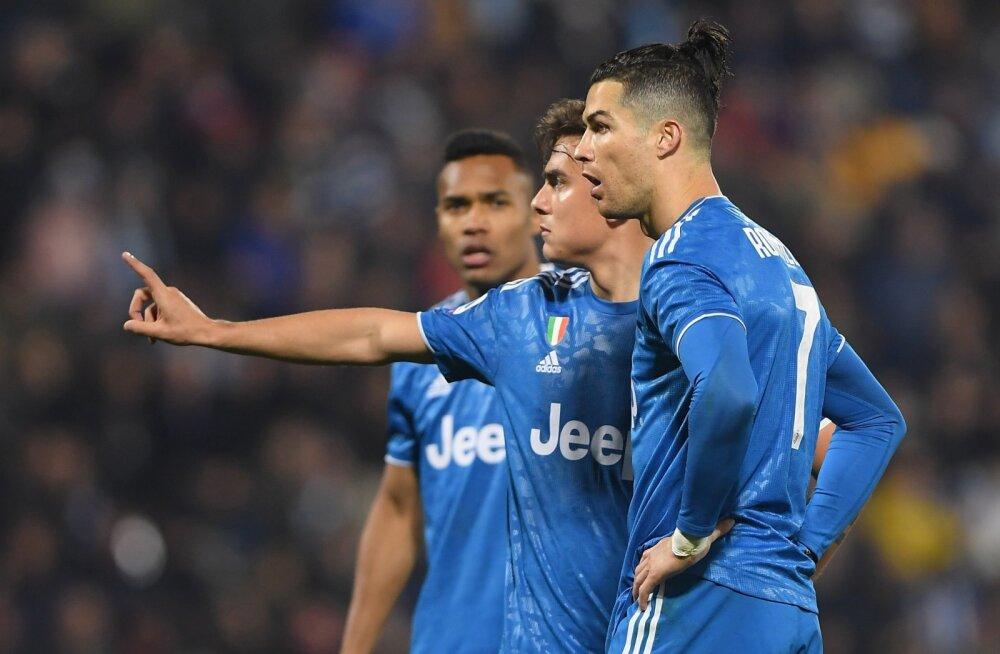 Cristiano Ronaldo (paremalt) ja Paulo Dybala asju arutamas.