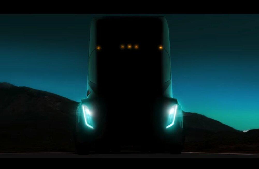 Tasa sõuad, eriti kaugele ei jõua: Tesla elektrireka läbisõit jääb sisepõlemismootoriga masinale tublisti alla