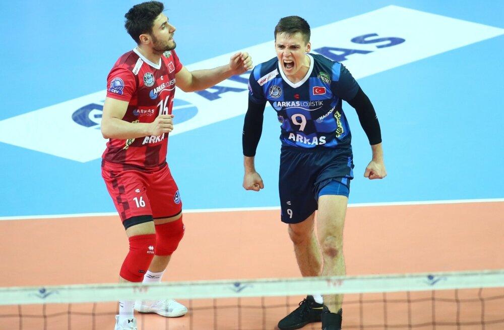 Robert Täht (sinises) ja Izmiri Arkas on finaalis võitnud kolmest viiegeimilisest mängust ühe.