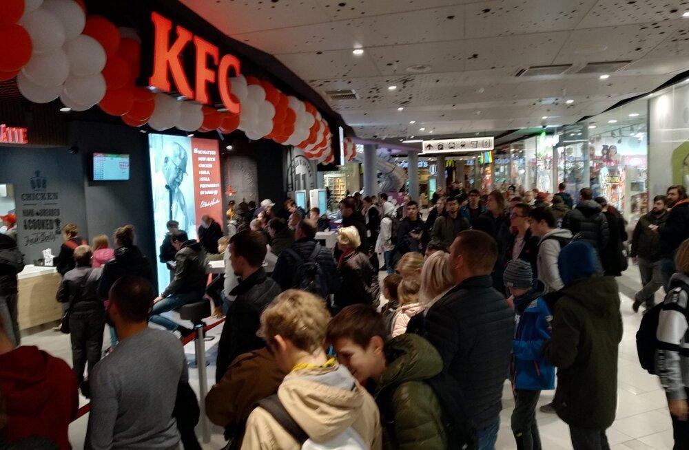 FOTOD | Kirjavead ja endiselt väga pikad järjekorrad! KFC pani täna turvamehe masside liikumist reguleerima