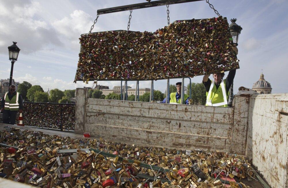 """FOTOD: Pariisis alustati """"armulukkude"""" eemaldamist Pont des Artsi sillalt"""