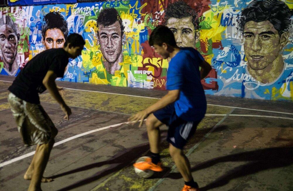 """RIO BLOGI: Mina """"Puri"""", sina """"Kaka"""" ehk kuidas me kohalikele jalgpalli õpetasime"""