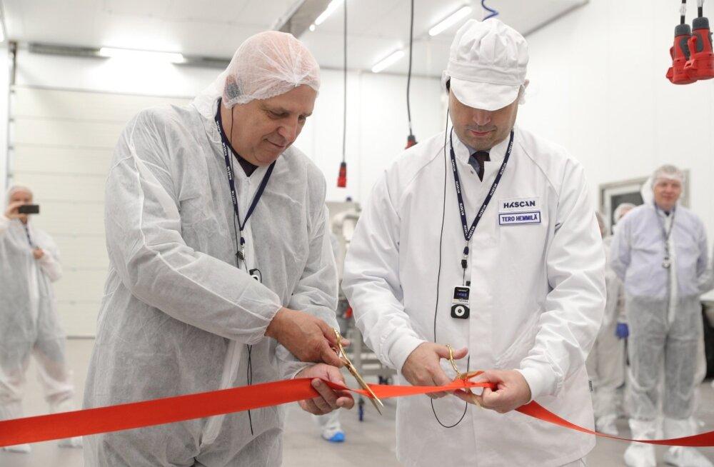HKScani kontserni tegevjuht Tero Hemmilä (paremal) avas teisipäeval koos maaeluminister Mart Järvikuga Rakvere lihatööstuse laienduse.
