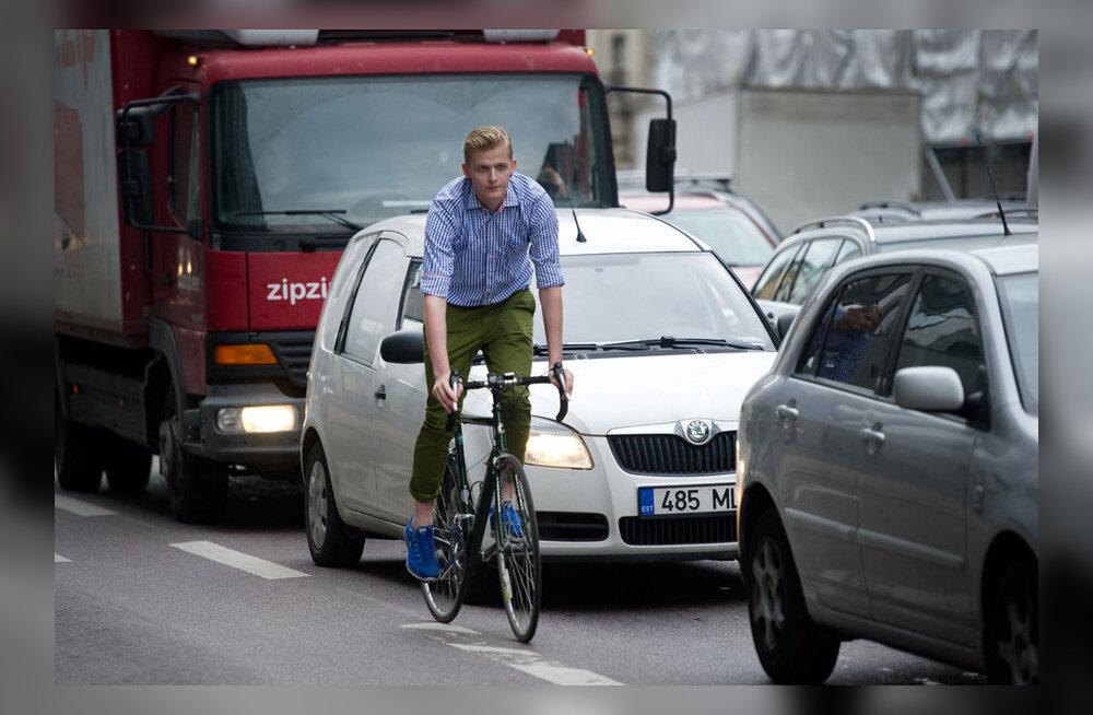 Sajad jalgratturid kogunevad õhtusel tipptunnil pealinna