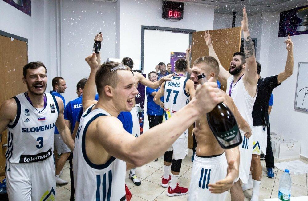 Sloveenia korvpallurid tähistavad EM-i tiitlit. 2015. aastal teenisid EM-i hõbeda ka võrkpallurid.