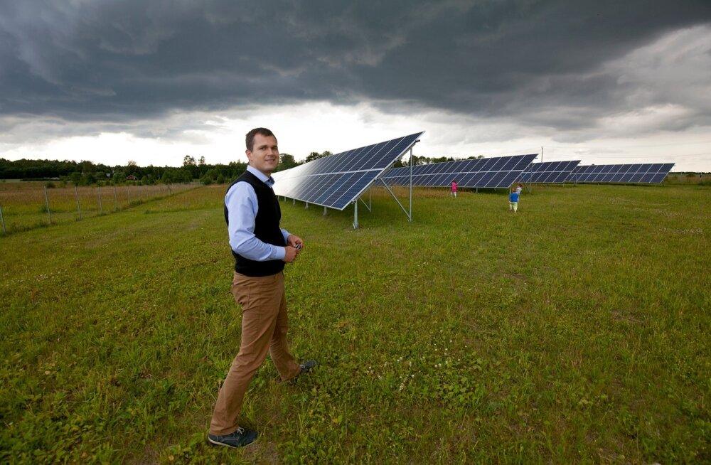 Laastu talu peremees Mihkel Loorits ehitas päikeseelektrijaama selleks, et kõrgkoolist saadud teoreetilisi teadmisi praktikasse viia.