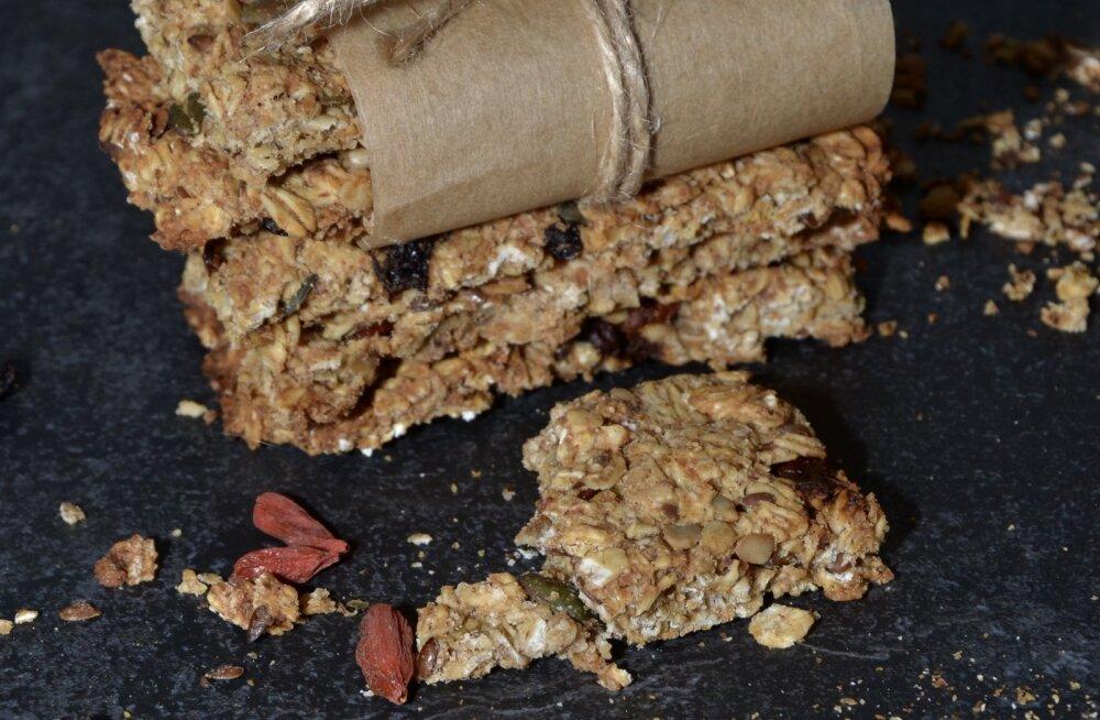 РЕЦЕПТ | Идеальный перекус для школьника своими руками! Готовим вкусные и полезные овсяные батончики-мюсли