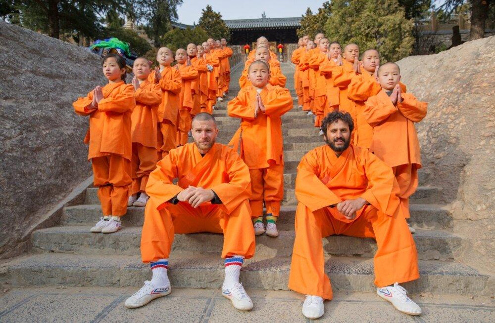 """Sarja """"Põlisrahvaste tuleristsed"""" esimene osa kannab pealkirja """"Shaolini mungad Hiinas""""."""
