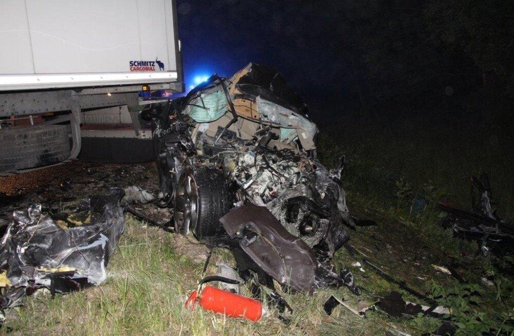 FOTOD: Jaguari ja veoauto kokkupõrkes hukkunu oli 17-aastane neiu