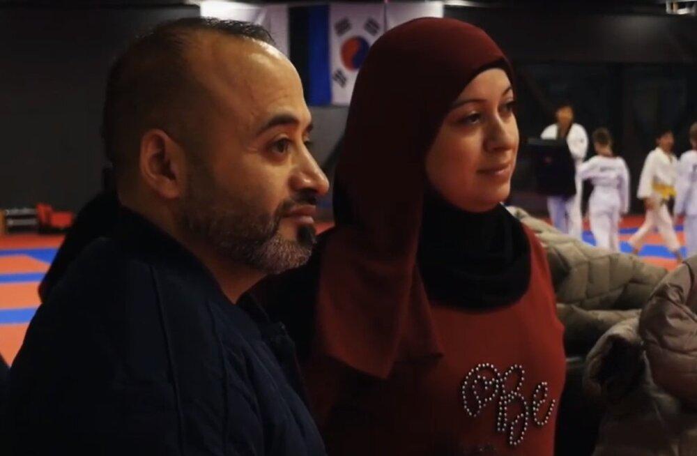 Муххамед с женой наблюдают за тренировкой детей по дзюдо