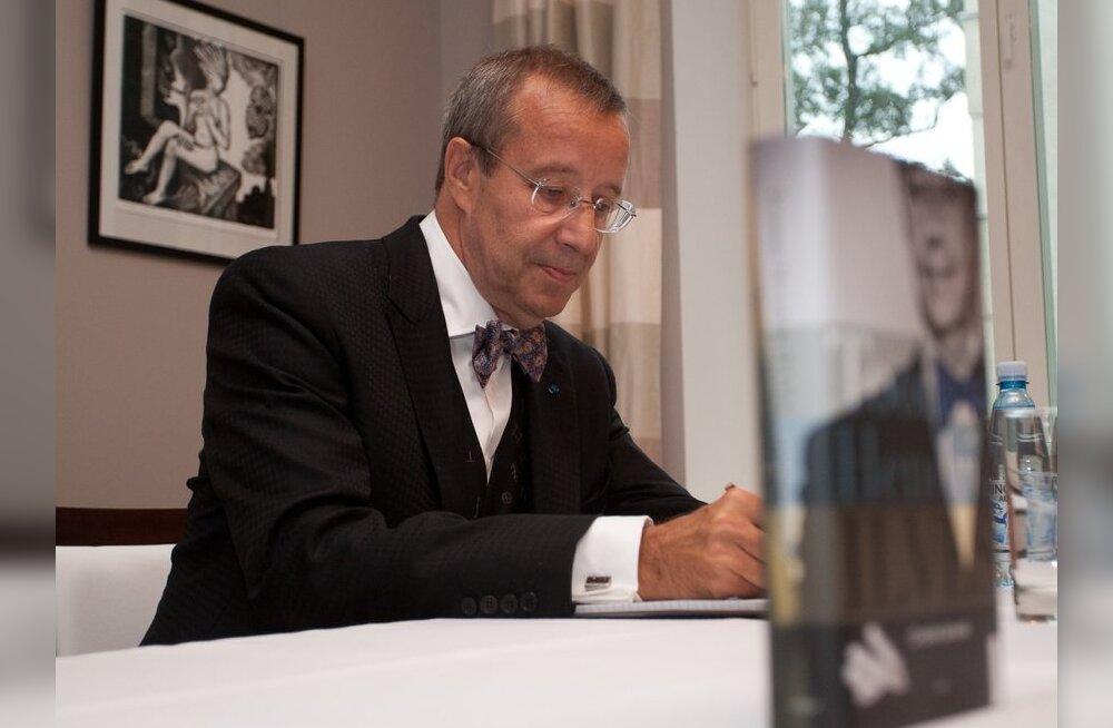President Soomes raamatut esitlemas