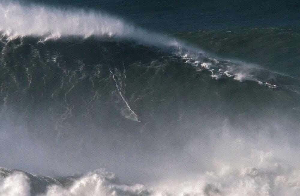 Rodrigo Koxa sõitmas maailma suurimal lainel.