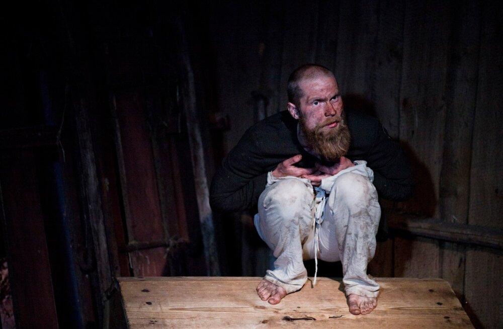 """Kristo Viiding monolavastuses """"Põgenik"""". Selles osatäitmises on kõik teatraalselt ehe, grimm näiteks on pärit Villike talu tiigist"""