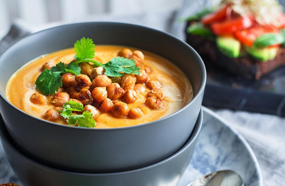 RETSEPT | Indiapärane soe ja kõhtu paitav õhtusöök: porgandisupp röstitud kikerhernestega