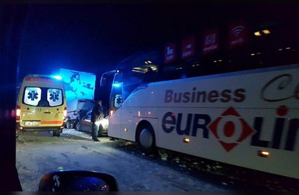 ФОТО: В Латвии автобус фирмы Eurolines попал в аварию