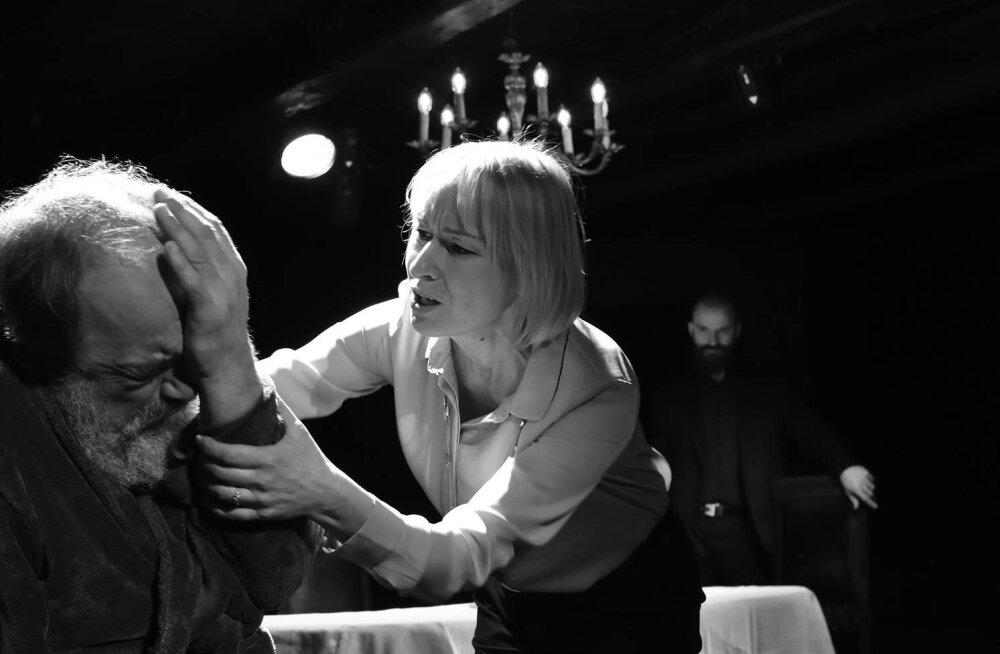 """""""Isa"""". Armastuse vastuolulised vormid – Andre (Lembit Peterson) ja Anne (Liina Olmaru), isa ja tütar. Anne armastab tema meelest mälu kaotanud isa ja just armastusest tahab ta arstide hoole alla saata."""