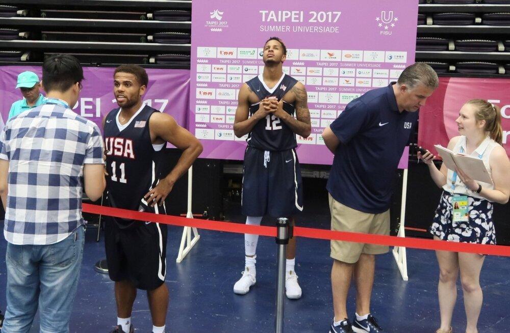 USA tiimi liikmed mängu järgselt kommentaare jagamas